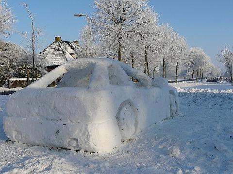 雪の日になぜ車のワイパーを上げておくのか